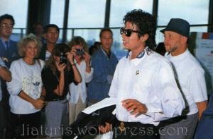 michael-jackson-airport-fans
