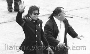 Michael_Jackson_arrives_Heathrow_airport